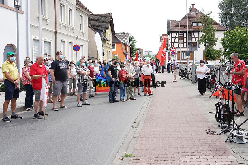 Bruno Walle beim Protest gegen die Wahlkampfveranstaltung der AfD in der Stadthalle Groß-Gerau - Gross-Gerau 10.07.2021: Protest gegen AfD Veranstaltung