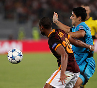 Calcio, Champions League, Gruppo E: Roma vs Barcellona. Roma, stadio Olimpico, 16 settembre 2015.<br /> Roma's Seydou Keita, left, and FC Barcelona's Luis Suarez fight for the ball during a Champions League, Group E football match between Roma and FC Barcelona, at Rome's Olympic stadium, 16 September 2015.<br /> UPDATE IMAGES PRESS/Isabella Bonotto