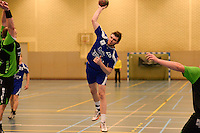 HBC Izegem -  Desselgemse Handbal : Bartosz Proszynski (r) met de aanval voor Izegem <br /> foto VDB / BART VANDENBROUCKE