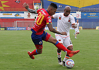 PASTO -COLOMBIA, 15-04-2018: Gilberto Alcatraz Garcia (Izq) jugador del  Deportivo Pasto disputa un balón con Nicolas Giraldo (Der) jugador de Envigado FC durante partido por la fecha 15 de la Liga Águila II 2018 jugado en el estadio La Libertad de Pasto. / Gilberto Alcatraz Garcia (L) player of Deportivo Pasto vies for the ball with Nicolas Giraldo (R) player of Envigado FC during match for the date 15 of Aguila League II 2018 played at La Libertad stadium in Pasto. Photo: VizzorImage / Leonardo Castro / Cont