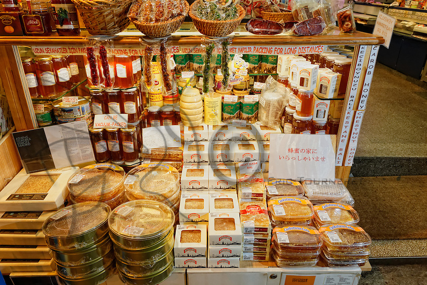 At the spice market in Istanbul, the shop Cankurtra Gida, like all the others in the market, offers tourists honeycombs as well as the country's rare honeys. The honey in a wax comb is highly prized in Turkey and the honey of Rize is very well-known. The Kara Kovan honey from Camlihemsin is harvested at the end of the month of July. The bees will have gathered nectar from the chestnut trees, bramble, rhododendron and pasture flowers for this honey.///Dans le marché aux épices d'Istanbul, la boutique Cankurtra Gida, comme toutes les épices fines du marché propose aux touristes des galettes de miel ainsi que les miels rares du pays.Le miel en rayon de cire est très prisé en Turquie et le miel de Rize est très réputé. Le miel de Kara Kovan de Camlihemsin est récolté a fois à la fin du mois de juillet. Les abeilles ont butiné des nectars de châtaigner, ronces, rhododendron et fleurs de pâturage pour ce miel.