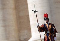 Una Guardia Svizzera durante l'udienza settimanale del Papa in Piazza San Pietro, Citta' del Vaticano, 17 ottobre 2012..A Swiss Guard during the Pope's Wednesday weekly audience in St. Peter's Square at the Vatican, 17 October 2012..UPDATE IMAGES PRESS/Riccardo De Luca