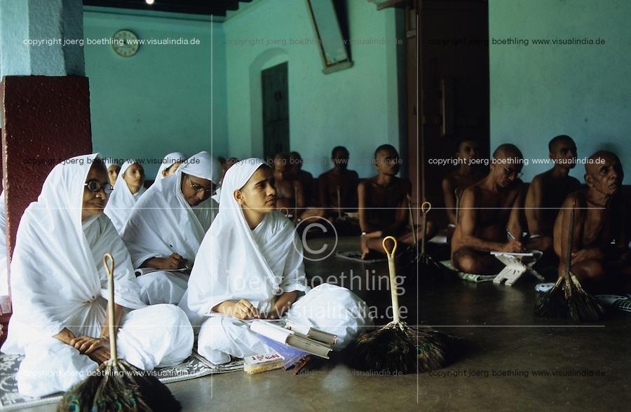 INDIA Moodbidri Karnataka, Jain nuns in white sari and nude Jain monks at meeting with religious teacher / INDIEN Karnataka, Jain Nonnen in weissem Sari und nackte Jainmoenche bei einem religioesen Jain Prediger in Mudabidri, Jains praktizieren als oberstes Gebot Gewaltverzicht ahimsa und sind strikte Vegetarier und lehnen das Kastensystem ab