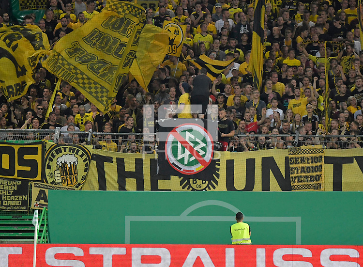 20.08.2018, Football DFB Pokal 2018/2019, 1. round, SpVgg Greuther Fuerth - Borussia Dortmund, Sportpark Ronhof in Fuerth. Fans Dortmund and Plakat  -  den DFB.<br /><br /><br />***DFB rules prohibit use in MMS Services via handheld devices until two hours after a match and any usage on internet or online media simulating video foodaye during the match.*** *** Local Caption *** © pixathlon<br /> <br /> Contact: +49-40-22 63 02 60 , info@pixathlon.de