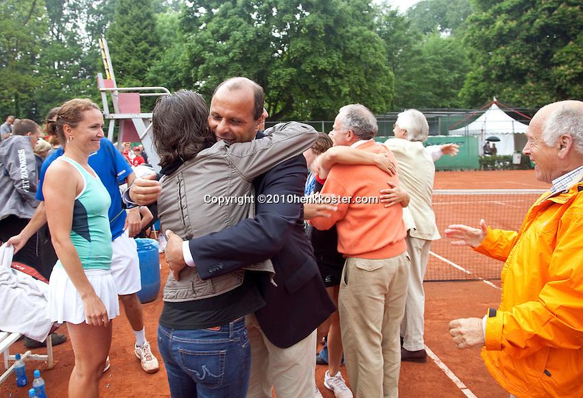06-06-10, Tennis, Den Haag, Playoffs Eredivisie, Leimonias viert feest