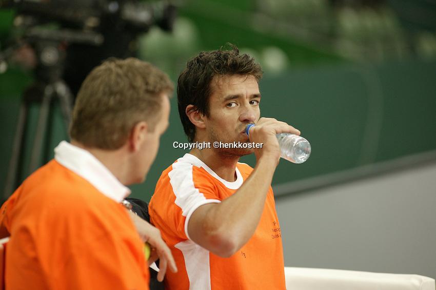 6-2-06, Netherlands, Amsterdam, Daviscup, first round, Netherlands-Russia, training,John van Lottum is being coached bij Tjerk Bogtstra(l)