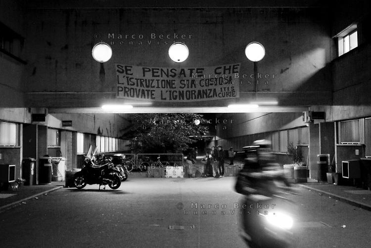 milano, uno striscione appeso sul liceo marie curie contro la riforma dell'istruzione --- milan, a banner against the school reform on the wall of marie curie high school