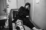 GAZA, Palestine: to change the dressings can be very painful when there is some inflammation around the pins and it needs to be disinfected. The dressings need to be changed and the pins to be cleaned to avoid any kind of infection. The frame that Oum Ahmed has around her leg has been fixed at the Wadi El Nile Hospital in Cairo, Egypt. With the help of MSF, she will travel soon to Luxembourg to undergo a bone graft, the 27th of October 2019. <br /> <br /> GAZA, Palestine: changer les pansements peut être très douloureux quand il y a une inflammation autour des broches et que cela doit être désinfecté. Les pansements doivent être changés et les épingles nettoyées pour éviter tout type d'infection. Le cadre qu'Oum Ahmed a autour de la jambe a été fixé à l'hôpital Wadi El Nile au Caire, en Égypte. Avec l'aide de MSF, elle se rendra bientôt au Luxembourg pour y subir une greffe osseuse, le 27 octobre 2019.
