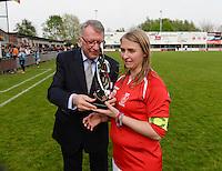 Finale Beker van West-Vlaanderen Dames : FC Menen United - KEG Gistel : Cindy Beerlandt ontvangt de beker <br /> foto VDB / BART VANDENBROUCKE