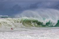 RJ. Rio de Janeiro. 21.04.2021 Ressaca. Frente fria traz ressaca  na orla da cidade nesta quarta-feira (21),  grandes ondas na praia de Copacabana, zona sul. (Foto: Ellan Lustosa / Código 19).