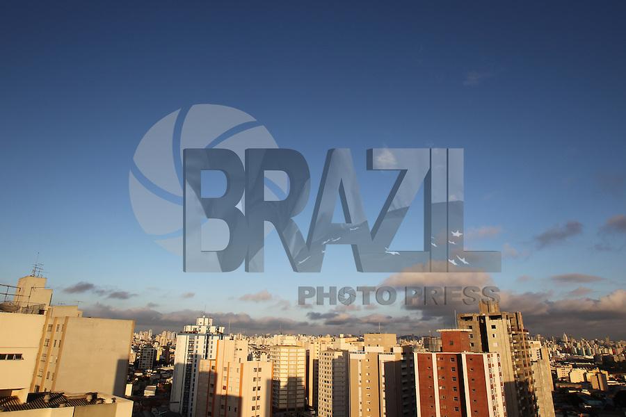 SAO PAULO, SP, 26-04-2014, CLIMA TEMPO. O sabado (26) começou com céu aberto na região leste de Sâo Paulo.  Luiz Guarnieri/ Brazil Photo Press.