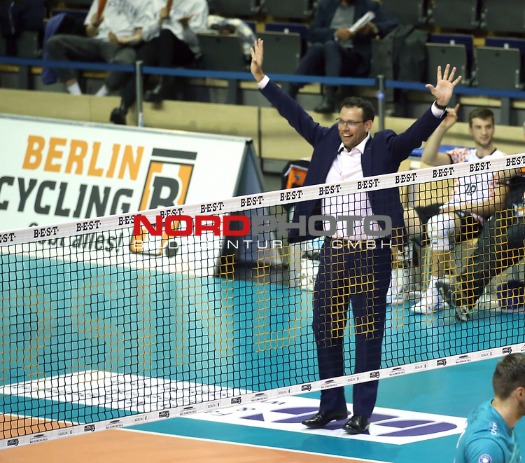 17.10.2020, Max Schmeling Halle, Berlin, GER, 1.VBL, BR VOLLEYS VS. SWD powervolleys Dueren, <br /> im Bild <br /> Trainer Cedric Enard (BR Volleys)<br />    <br /> Foto © nordphoto /  Engler