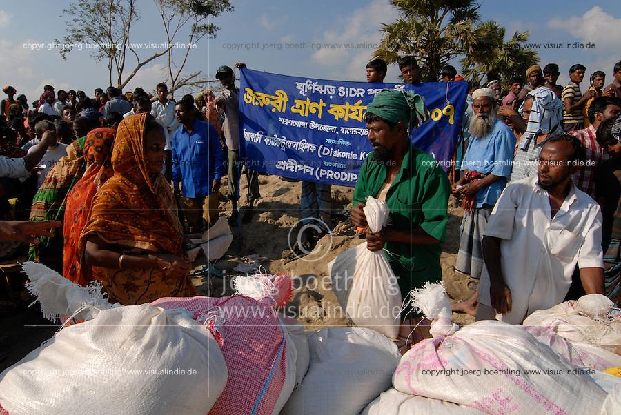 BANGLADESH, Southkhali in district Bagerhat, distribution of relief goods after the cyclone Sidr which has flooded and destroyed many villages and claimed many victims / Bangladesch, Wirbelsturm Sidr und eine Sturmflut zerstoeren viele Doerfer im Kuestengebiet von Southkhali, Verteilung von Hilfsguetern durch NGO Prodipan und Diakonie Katastrophenhilfe
