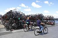 Nederland - Amsterdam - Juli 2020.    Volle fietsenstalling achter Centraal Station.  Foto ANP / Hollandse Hoogte / Berlinda van Dam