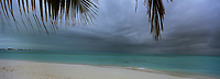Iles Bahamas /Ile de Long Island: la plage de l'Hotel Cape Santa Maria - Transat et océan Atlantique sous ciel orageux // Bahamas Islands / Long Island: Beach of Hotel Cape Santa Maria - Transat and Atlantic Ocean under Stormy Sky