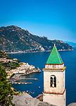 Italien, Kampanien, Pastena oberhalb Amalfi: Kirche Santa Maria Assunta und Blick auf Amalfi   Italy, Campania, Pastena above Amalfi: church Santa Maria Assunta and view towards Amalfi