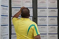 Campinas (SP), 02/09/2020 - Emprego - Pessoas olham anuncios de emprego no centro da cidade de Campinas (SP), nesta quarta-feira (02).