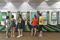 - Milano, Esposizione Mondiale Expo 2015, ristorante Mc Donald's, casse automatiche<br />