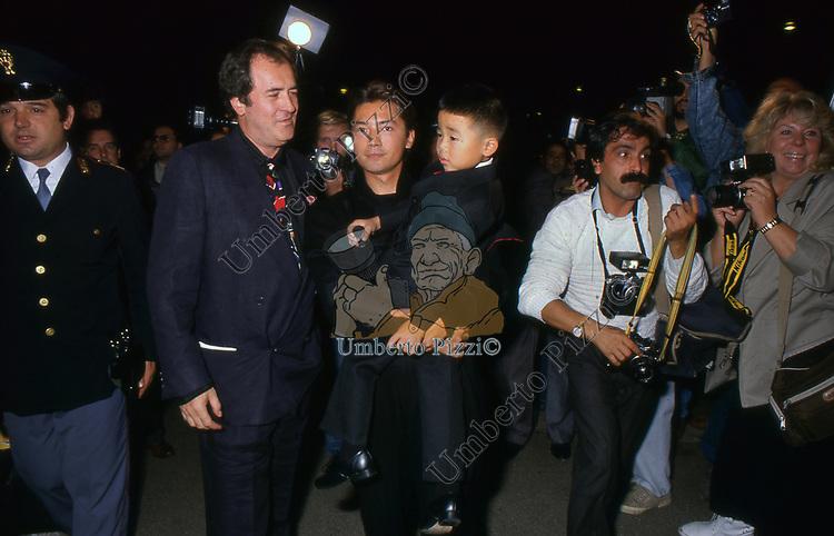 """BERNARDO BERTOLUCCI CON RICHARD VUU E JOHN LONE<br /> PREMIERE """"L'ULTIMO IMPERATORE"""" ROMA 1987"""