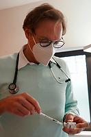 Nadel im Corona-Impf-Durchstechfläschchen von Corminaty (Biontech/Pfizer) in den Händen von Dr. Christian Schmauß - Mörfelden-Walldorf 17.05.2021: Corona-Impfung bei Hausärzten