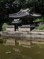 Pavillon Sajeonggibigak am Buyongji-Teich im Secret Garden = Huwon= Biwon des Changdeokgung Palast, Seoul, Südkorea, Asien, UNESCO-Weltkulturerbe<br /> pavilion Sajeonggibigak at Buyongji-pond  in the secret garden of  palace Changdeokgung,  Seoul, South Korea, Asia UNESCO world-heritage