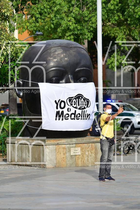 """MEDELLIN - COLOMBIA, 09-06-2020: Las esculturas del maestro Fernando Botero en Medellín lucen hoy, 9 de junio de 2020, con tapabocas y una leyenda que dice: """"Yo cuido a mi Medellín, durante el día 78 de la cuarentena total en el territorio colombiano causada por la pandemia  del Coronavirus, COVID-19. / Tha sculptures of the master Fernando Botero in Medellín wear today, June 9, 2020, mask and a caption that says: """"I take cara of my Medellin"""" during day 78 of total quarantine in Colombian territory caused by the Coronavirus pandemic, COVID-19. Photo: VizzorImage / Leon Monsalve / Cont"""