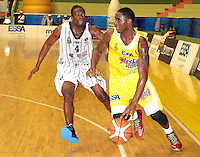 BUCARAMANGA -COLOMBIA, 26-03-2013. Gilbert Lawrence de Búcaros y Moreno Asprilla de Piratas durante partido de la fecha 20 de la Liga DirecTV de baloncesto profesional colombiano disputado en la ciudad de Bucaramanga. /  Gilbert Lawrence of Bucaros and Moreno Asprilla during a game of the date 20 of the DirecTV League of professional Basketball of Colombia at Bucaramanga city. (Photo:VizzorImage / Jaime Moreno / STR).....................