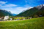 Oesterreich, Tirol, Waidring im Strubtal am Fusse der Loferer Steinberge mit der Pfarrkirche hll. Vitus und Nikolaus, Teil des Tourismusgebiets Pillerseetal | Austria, Tyrol, Waidring at the foot of Loferer Steinberge mountains with parish church