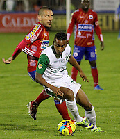 PASTO -COLOMBIA, 07-12-2013. Jorge Ramirez (Izq)  jugador del Deportivo Pasto disputa el balón con John Stiven Mendoza (Der) jugador del Deportivo Cali durante partido por la fecha 6 de los cuadrangulares finales de la Liga Postobón II 2013 realizado en el estadio La Libertad de Pasto./ Jorge Ramirez (L) player of Deportivo Pasto vies for the ball with John Stiven Mendoza (R) player of Deportivo Cali during the match for the 6th date of final quadrangulars of the Postobon  League II 2013 played at La Libertad in Pasto city. Photo: VizzorImage/STR