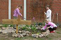 Schulgarten, Anlage eines Schmetterlingsgarten, Garten der Grundschule Nusse wird als Projektarbeit von einer 1. Klasse gestaltet, Beete werden in Form eines Schmetterlings angelegt und mit für Nektarliebende Falter wichtigen Blumen bepflanzt, Mädchen pflanzen, Gartenarbeit