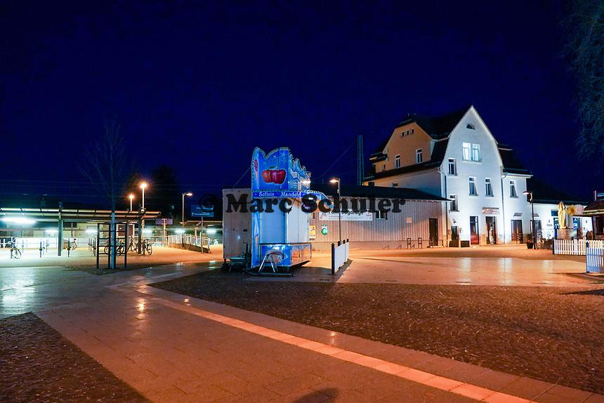 Verwaister Bahnhof in Walldorf - 03.04.2021 Mörfelden-Walldorf: Kontrolle Ausgangssperre durch das Ordnungsamt