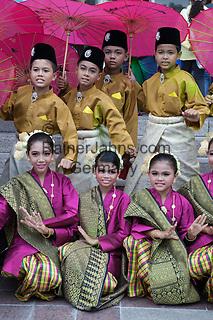 Malaysia, Kuala Lumpur: Malay children in traditional costume   Malaysia, Kuala Lumpur: Kinder in traditioneller Kleidung