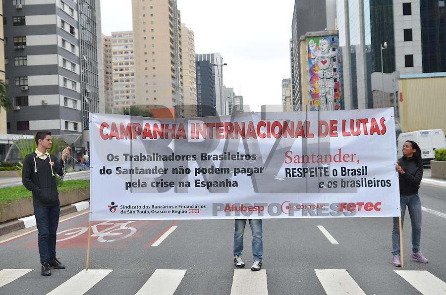SAO PAULO, 09 DE ABRIL DE 2013 - PROTESTO BANCARIOS - Bancários fazem protesto com faixas em frente agencia do Banco Santander, na Avenida Paulista, na manhã desta quinta feira, 11, contra demissões do mesmo banco. Os manifestantes alegal que o motivo de demissões seria a crise espanhola. (FOTO: ALEXANDRE MOREIRA / BRAZIL PHOTO PRESS)