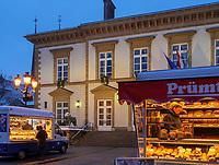 Wochenmarkt vor dem Rathaus auf Place Guillaume II, Luxemburg-City, Luxemburg, Europa, UNESCO-Weltkulturerbe<br /> Market at Cityhakk, Place Guillaume II,  Luxembourg City, Europe, UNESCO Heritage Site