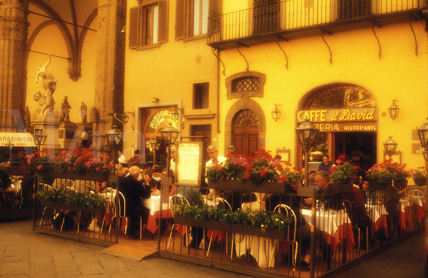 Italy, Florence, Outdoor cafe in Piazza d. Signoria