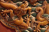 China, Peking, Drachendarstellung auf Pailou (verzierter Torbogen) im Beihai-Park (Nordsee-Park)