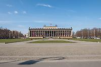 """Die Auswirkungen der Corona-Krise sind nach Inkrafttreten der Anordnung des Berliner Senats, wonach Cafes, Kneipen, Museen, Ausstellungen, die Oper, die Universitaeten geschlossen wurden, im oeffentlichen Leben sichtbar. Bei Touristen beliebte Ausflugsziele und Plaetze sind verwaist.<br /> Im Bild: Der verwaiste Berliner Lustgarten mit dem """"Alten Museum"""".<br /> 17.3.2020, Berlin<br /> Copyright: Christian-Ditsch.de<br /> [NUR FUER REDAKTIONELLE ZWECKE! Werbung nur auf Anfrage beim Fotografen. Inhaltsveraendernde Manipulation des Fotos nur nach ausdruecklicher Genehmigung des Fotografen. Vereinbarungen ueber Abtretung von Persoenlichkeitsrechten/Model Release der abgebildeten Person/Personen liegen nicht vor. NO MODEL RELEASE! Don't publish without copyright Christian-Ditsch.de, Veroeffentlichung nur mit Fotografennennung, sowie gegen Honorar, MwSt. und Beleg. Konto: I N G - D i B a, IBAN DE58500105175400192269, BIC INGDDEFFXXX, Kontakt: post@christian-ditsch.de<br /> Bei der Bearbeitung der Dateiinformationen darf die Urheberkennzeichnung in den EXIF- und  IPTC-Daten nicht entfernt werden, diese sind in digitalen Medien nach §95c UrhG rechtlich geschuetzt. Der Urhebervermerk wird gemaess §13 UrhG verlangt.]"""