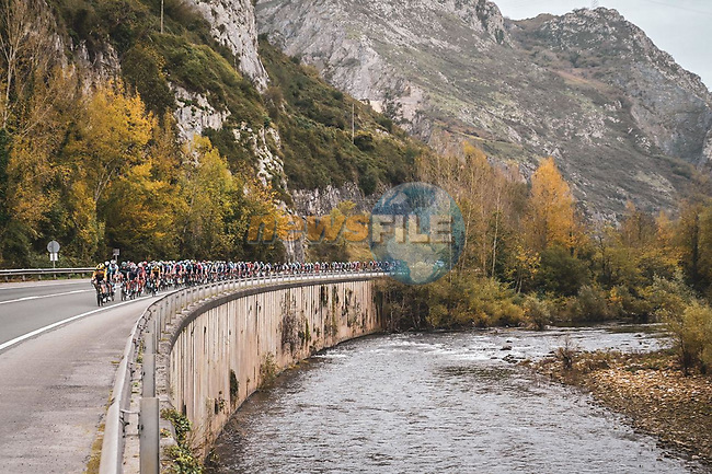 The peloton along the Río Nalón during Stage 12 of the Vuelta Espana 2020 running 109.4km from Pola de Laviana to Alto de l'Angliru, Spain. 1st November 2020. <br /> Picture: Unipublic/Charly Lopez | Cyclefile<br /> <br /> All photos usage must carry mandatory copyright credit (© Cyclefile | Unipublic/Charly Lopez)
