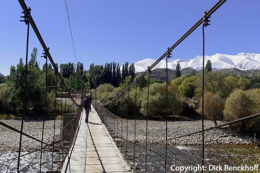 Hängebrücke über den Shu-Fluss, Kirgistan, Asien<br /> suspension bridge over Sh river, Kirgistan, Asia