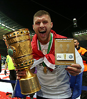 19.05.2018, Football DFB-Pokal Finale 2018, FC Bayern Muenchen - Eintracht Frankfurt, Olympiastadium in Berlin. Eintracht Frankfurt gewinnt den DFB-Pokal, Ante Rebic (Eintracht Frankfurt) and Pokal *** Local Caption *** © pixathlon<br /> <br /> Contact: +49-40-22 63 02 60 , info@pixathlon.de