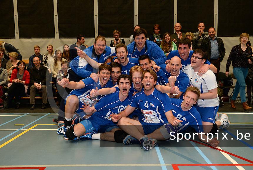 Knack Roeselare B - Doskom Moorslede : Knack B is kampioen en viert dit met spelers en supporters <br /> foto VDB / BART VANDENBROUCKE