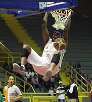 BOGOTA -COLOMBIA-11-04-2014.  Warner Calvin de Guerreros de Bogota encesta y celebra contra Piratas de Bogota durante partido de La Liga Directv 1 de baloncesto jugado en el coliseo El Salitre . Guerreros de Bogotá gano 99 a 72 a Piratas de Bogota / Calvin Warner Warriors against Pirates Slam Dunks Bogota Bogota during La Liga match Directv 1 basketball played at the Coliseum El Salitre. Guerreros de Bogota won 99 to 72 against Piratas of Bogota. Photo: VizzorImage / Felipe Caicedo /  Staff