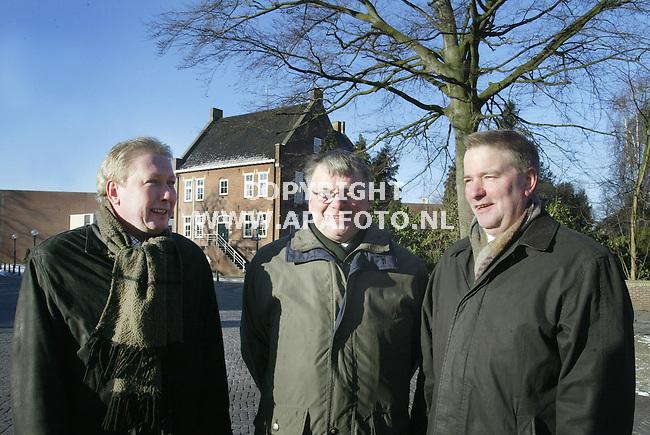 Lichtenvoorde, 090103<br />Wethouders Lichtenvoorde voor het gemeentehuis<br />Foto: Sjef Prins - APA Foto
