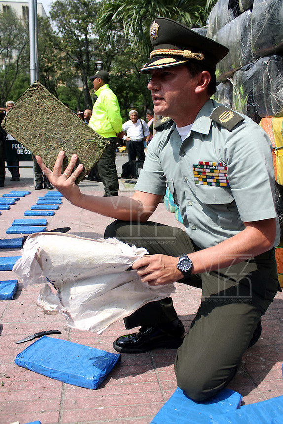 CUCUTA -COLOMBIA-5-NOVIEMBRE-2014.La policia metropolitana de Cucuta incauto 4 toneladas de marihuana en el sitio La Insula de esta ciudad  , valorada en unos $13.000 millones de pesos ,el coronel de la Policia Nacional  Gonzalo Carrero hizo una demostracion de la droga./ Cucuta Metropolitan Police unwary 4 tons of marijuana at the site The Insula of the city, valued at $ 13,000 million, Colonel Gonzalo Carrero of National Police  made ??a demonstration of the drug. XXXX Photo:rVizzorImage / Manuel Hernandez / Stringer