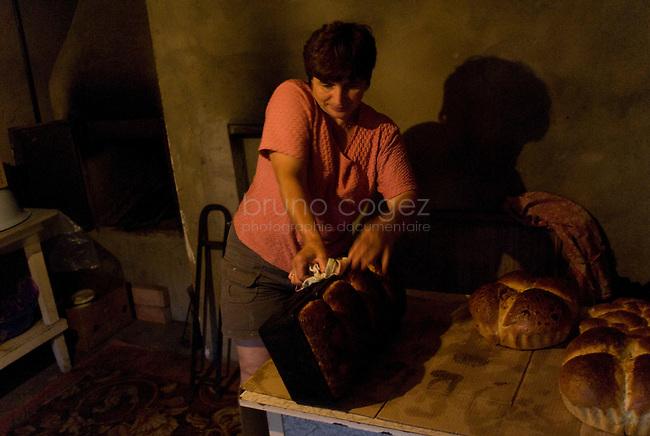 REPUBLIC OF MOLDOVA, Gagauzia, Comrat, 2009/07/1..Maria, the wife of Vova, prepares the bread for the week..© Bruno Cogez..REPUBLIQUE MOLDAVE, Gagaouzie, Comrat, 1/07/2009..Maria, la femme de Vova, prépare le pain pour la semaine. .© Bruno Cogez