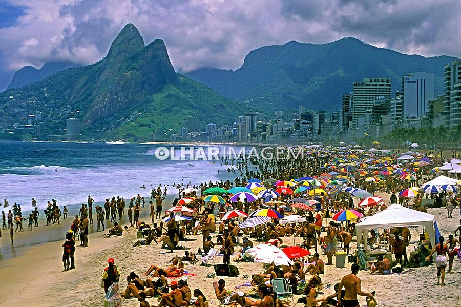 Banhistas na praia de Ipanema. Rio de Janeiro. 2002. Foto de Juca Martins.