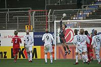 Torwart Thomas Kraft (FC Bayern M¸nchen) lenkt den Ball ¸ber das Tor