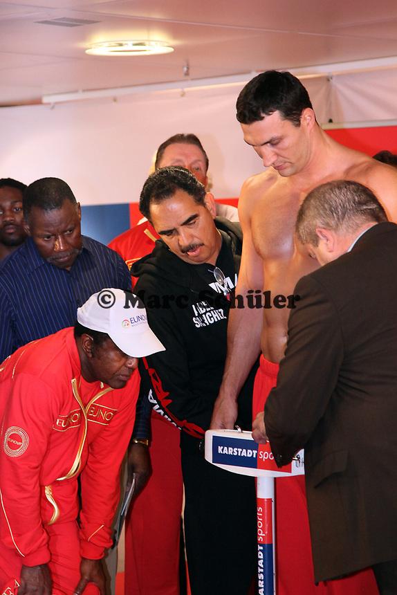 Trainer Emanuel Steward (USA) und Trainer Abel Sanchez schauen Weltmeister Wladimir Klitschko (UKR) beim Wiegen zu