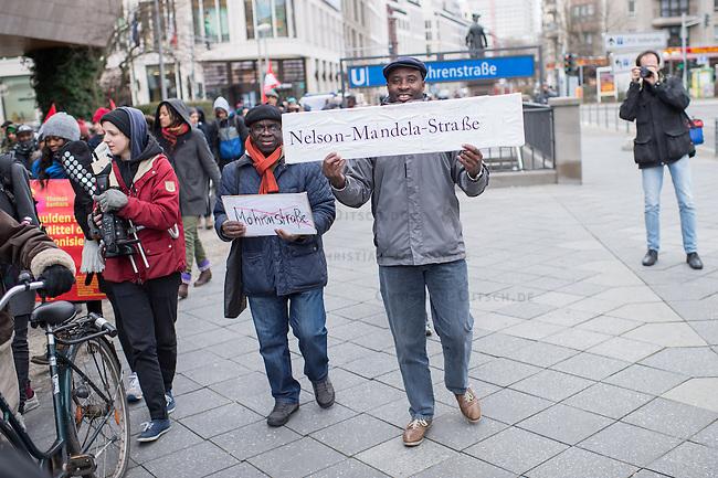 """Etwa 200 bis 250 Menschen beteiligten sich am Samstag den 28. Februar 2015 zum Jahrestag der sog. """"Berliner Afrika-Konferenz"""" an einem Gedenkmarsch in Erinnerung an die Opfer des Kolonialismus, des Sklavenhandels und der Ausbeutung Afrkias durch die Europaeischen Staaten. Sie forderten eine Entschuldigung der Bundesregierung fuer die in deutschem Namen begangenen Verbrechen in den deutschen Afrika-Kolionien, eine Entschaedigung der Angehoerigen der Opfer und die sofortige Rueckgabe der aus Namibia verschleppten Schaedel von Anfuehrern des Volksgruppen der Nama und Herero.<br /> Im Bild: Demonstranten fordern die Umbenennung der Mohrenstrasse in Berlin-Mitte in Nelson-Mandela-Strasse.<br /> 28.2.2015, Berlin<br /> Copyright: Christian-Ditsch.de<br /> [Inhaltsveraendernde Manipulation des Fotos nur nach ausdruecklicher Genehmigung des Fotografen. Vereinbarungen ueber Abtretung von Persoenlichkeitsrechten/Model Release der abgebildeten Person/Personen liegen nicht vor. NO MODEL RELEASE! Nur fuer Redaktionelle Zwecke. Don't publish without copyright Christian-Ditsch.de, Veroeffentlichung nur mit Fotografennennung, sowie gegen Honorar, MwSt. und Beleg. Konto: I N G - D i B a, IBAN DE58500105175400192269, BIC INGDDEFFXXX, Kontakt: post@christian-ditsch.de<br /> Bei der Bearbeitung der Dateiinformationen darf die Urheberkennzeichnung in den EXIF- und  IPTC-Daten nicht entfernt werden, diese sind in digitalen Medien nach §95c UrhG rechtlich geschuetzt. Der Urhebervermerk wird gemaess §13 UrhG verlangt.]"""
