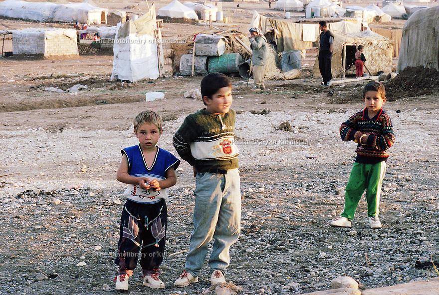 Irak 2000 Les enfants du camp de Talahi, prés de Duhok. Ce camp accueille les familles kurdes qui reviennent d'Iran et qui attendent d'ètre relogées dans des maisons ou appartements  Iraq 2000 Children in Talahi camp near DUhok. The Kurds coming back from Iran have to wait in this camp before to have an house or an apartment.